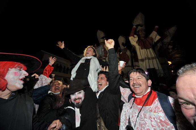 Santo Subito vince il Carnevale di Viareggio 2012
