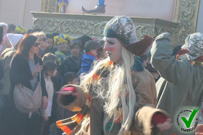 Diretta Rai, Cittadella gremita di maschere e curiosi (1° parte)