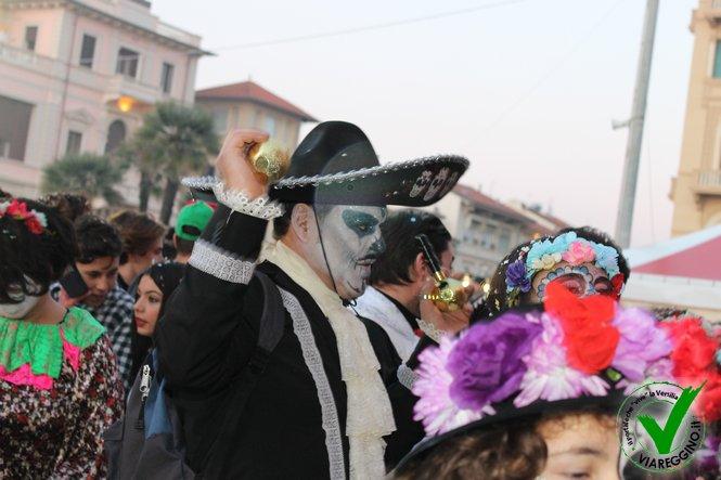 Lungomare gremito per il secondo corso mascherato (1°parte)